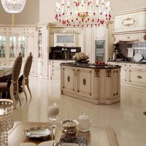 Klasyczna, elegancka zabudowa kuchenna Martini Mobili zaprojektowana z niezwykłą dbałością o najdrobniejszy szczegół. Liczne zdobienia drewnianych frontów (część wykonana jest ręcznie) tworzy oryginalną, stylową kompozycję, którą uzupełniają grube, marmurowe blaty z profilowanymi krawędziami. Wycena indywidualna, Fabio Luciani.