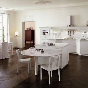Elegancka zabudowa kuchenna Florencja w białym kolorze prosto z Włoch. Łączy klasyczne rozwiązania z elementami współczesnego designu. Fronty wykonane są z drewna. Wycena indywidualna, Snaidero.