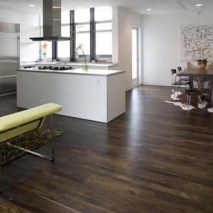 Dąb Black z kolekcji Design. Ciemna, intensywna podłoga, zróżnicowana kolorystycznie. 295 zł/m², Junckers.