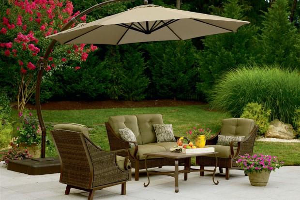 Parasole ogrodowe nie tylko chronią przed nadmiernym oświetleniem słonecznym, ale i pięknie podkreślają wyznaczone miejsce relaksu.