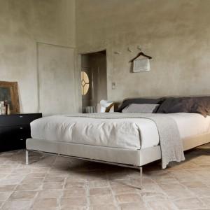Minimalistyczna wersja sypialni w przetartych,przygaszonych odcieniach jasnego brązu. Proj. Pierro Lissoni. Fot. Cassina.