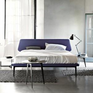 Łóżko Dream View o nietypowym kształcie zagłówka. Proj.Roberto Lazzeroni. Fot. Lema.