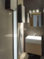 Mieszkanie zostało w całości przez nas zaprojektowane oraz zrealizowane. Łazienka w szarej kolorystyce, z jasnymi meblami.