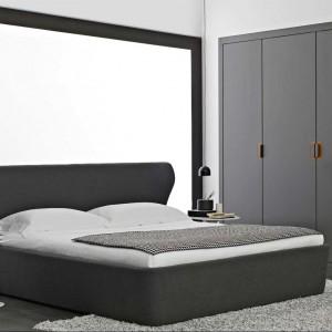 Łóżko Papilio to połączenie eleganckiej i nowoczesnej formy. Proj.Naoto Fukusawa. Fot.B&B Italia.
