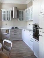Klasyczne, ale jasne wnętrza. Kuchnia połączona jadalnią z salonem.