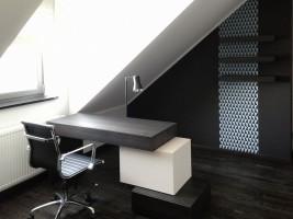 Dom w prostym nowoczesnym stylu. Gabinet w stonowanej kolorystyce, sprzyjającej pracy i wyciszeniu.