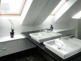 Dom w prostym nowoczesnym stylu - łazienka.