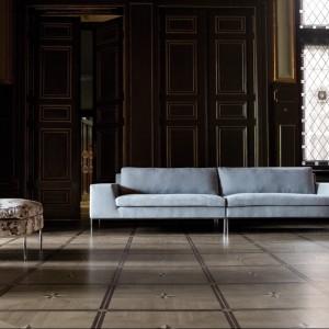 Szara tapicerowana kanapa Justus. Fot. Sits.