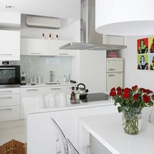 Jadalnia jest elegancka, bardzo nowoczesna i skąpana w bieli. Idealnie pasuje do kuchni utrzymanej w tej samej tonacji kolorystycznej. Projekt: Piotr Gierałtowski. Fot. Bartosz Jarosz.