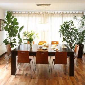 Jadalnia z dużym stołem znajduje się w salonie. Obie przestrzenie płynnie się przenikają, tworząc wspólną strefę dzienną, także pod względem stylistycznym. Projekt: Marcin Lewandowicz. Fot. Bartosz Jarosz.