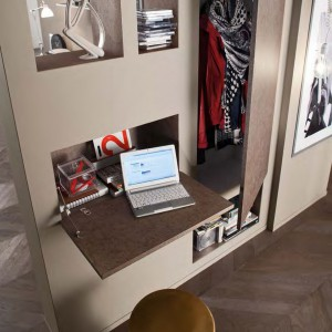 Z blatem biurka, jak na przedpokój przystało, sąsiaduje niewielka szafa na okrycia wierzchnie. Kolekcja Complementi 2013. Fot. Mobil Gam.