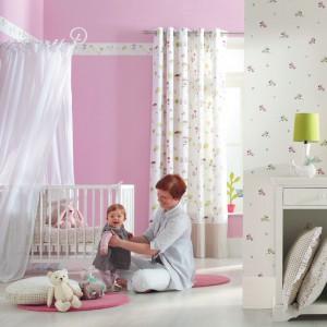 Delikatny baldachim eksponuje miejsce snu małej księżniczki. Fot. Casadeco.