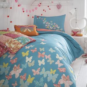 Pościel i dekoracje z motywem kolorowych motyli. Fot. Debenhams.