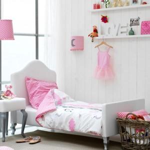 Biało-różowa aranżacja strefy sypialnej. Fot. Coming Kids.