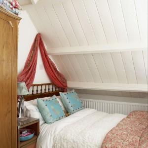 Romantyczna sypialnia dla nastolatki na poddaszu. Fot. Narratives.
