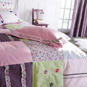 Dziewczęca narzuta na łóżko z kolekcji Lollipops. Fot. camengo.fr.