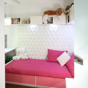 Ścianę przy łóżku zdobi dekoracyjna tapicerka. Projekt: Małgorzata Mazur. Fot. Archiwum Dobrze Mieszkaj.