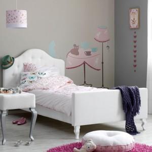 Białe posłanie ożywiają dekoracje w kolorze jasnego różu. Fot. Coming Kids.