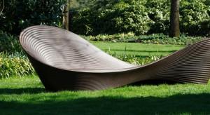 Drewniane, metalowe, z tworzyw sztucznych. Bogaty asortyment daje duże możliwości aranżacyjne miejsca odpoczynku w ogrodzie.