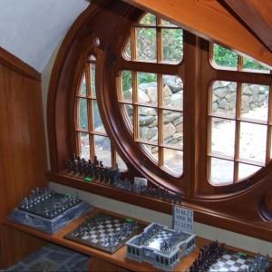 Okrągłe okna inspirowane domami hobbitów z Shire. Fot. Archers&Buchanan.