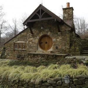 Dom z zewnątrz, z oryginalnymi okrągłymi drzwiami. Fot. Archers&Buchanan.