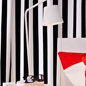 Biało-czarne dodatki są świetnym tłem dla kolorowych dodatków. Fot.Ikea.