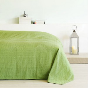 Zielona narzuta Akeleje wykonana z poliestru i bawełny. Fot.Jysk.