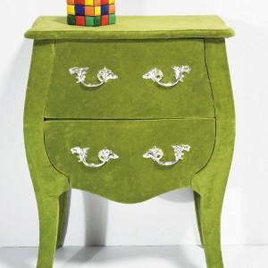 """Komoda """"Romantic Velvet"""" o dekoracyjnym kształcie i stylizowanych uchwytach. Fot.Kare design."""