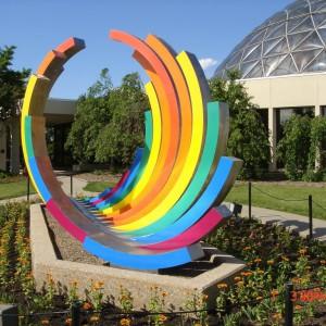Tęczowa rzeźba ogrodowa. Fot. Panoramio