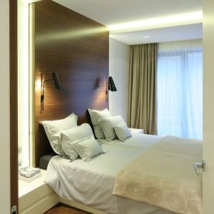 W sypialni główną rolę gra drewno, które doskonale komponuje się z jasnymi barwami mebli i tkanin. Proj.Nasciturus Design. Fot.Bartosz Jarosz.