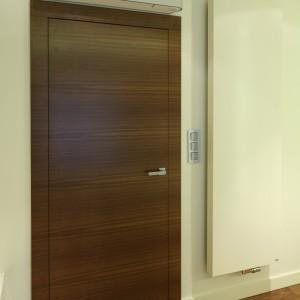 Prosta, gładka bryła grzejnika doskonale komponuje się z białą ścianą. Proj.Nasciturus Design. Fot.Bartosz Jarosz.