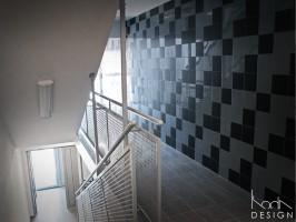 Hall i klatka schodowa w budynku mieszkalnym w Szczecinie.