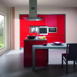 Kuchnia Diana z serii Premium Desig. Kontrast wywołany sąsiedztwem połyskujących czerwienią mebli (MDF lakierowany na wysoki połysk) oraz matowych szarych ram i blatów z konglomeratu nadaje wnętrzu niezwykły dynamizm. Wycena indywidualna, Meble Wrzosowa.