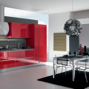 Włoskie meble kuchenne Yara całe w kolorze czerwonym. Gładkie fronty lakierowane na wysoki połysk doskonale pasują do stonowanych szarości. Wycena indywidualna, Gatto.