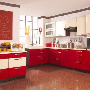Kuchnia Justyna z frontami lakierowanymi na wysoki połysk dostępna jest w bardzo szerokiej gamie kolorystycznej. Bogata oferta szafek daje ogromne możliwości zagospodarowania przestrzeni. Wycena indywidualna, Stolkar.