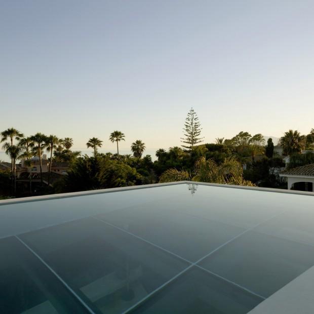 Zobacz zadziwiający dom z basenem zamiast sufitu
