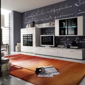 Kolekcja mebli Corano zwraca uwagę modnymi białymi frontami na wysoki połysk, półki z oświetleniem LED. Fot. Bydgoskie Meble.
