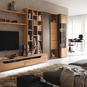 Kolekcja drewnianych mebli w prostym, nowoczesnym stylu to propozycja marki Huelsta. Fot. Huelsta.
