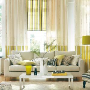 Połączenie bieli z jasnozielonymi paskami daje efekt wiosennej świeżości. Kolekcja tkanin Nomades. Fot. Camengo.