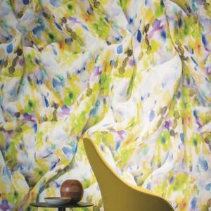 Intensywny wzór na ścianę to w rzeczywistości tapeta. Fot. JVD.
