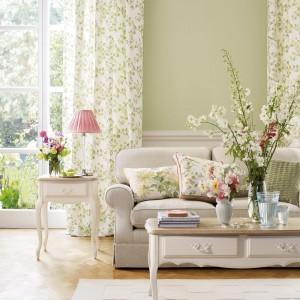 Kwiatowe wzory na zasłonach, świetnie do wnętrz w angielskim stylu. Fot. Laura Ashley.