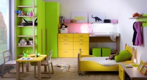 Większości dzieci zielony kojarzy się z drzewami, trawą i ufoludkami. Dorośli jednak wiedzą, że kolor ten dobroczynnie oddziałuje na psychikę, a do wnętrz wnosi powiew świeżości. Zobacz, jak pięknie prezentuje się w pokoju dziecka.