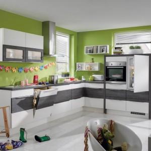 Meble kuchenne z programu PIA 596 w dwóch stonowanych kolorach, które bardzo ładnie prezentują się w otoczeniu radosnej, optymistycznej zieleni. Wycena indywidualna, Nobilia.