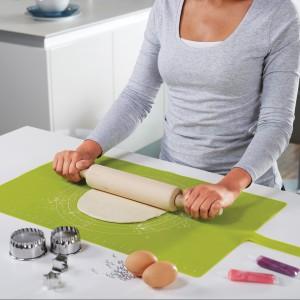 Prostokątna stolnica Roll Up wykonana z silikonu, dzięki któremu ciasto nie przykleja się do jej powierzchni i daje się łatwo wyrobić. Wyposażona jest także wpraktyczną podziałkę, która pozwala dopasować rozwałkowywane ciasto do wymiarów prostokątnych i okrągłych naczyń używanych do pieczenia. 100 zł, Jospeh Joseph/Fabryka Form.