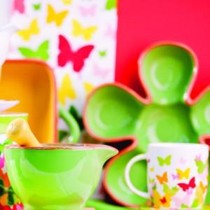 Wiosenne kolekcja naczyń od marki Home and You. Na zdjęciu: moździerz Pottery w zielonym kolorze z ceramiki (39 zł), zielona patera Pottery (59 zł), kubek w kolorowe motyle Mariposa (9,50 zł).