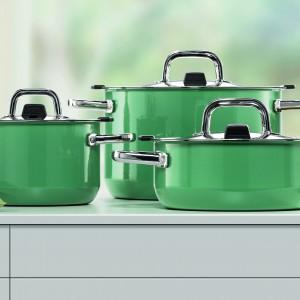 Naczynia z serii Ocean Green wykonane z Silarganu®, funkcjonalnej ceramiki nie zawierającej szkodliwego niklu. Są antybakteryjne dzięki czemu potrawy w nich gotowane i przechowywane zachowują naturalny smak i aromat. Uchwyty ze stali nierdzewnej. Można stosować na wszystkich rodzajach kuchenek. 515 zł (garnek o poj. 1,3 l, śr. 16 cm), 619 zł (garnek o poj. 2,4 l i śr. 20 cm), Silit.