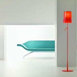 Kolorowa lampa podłogowa Birdie. Marka: Foscarini. Sprzedaż: Fabryka Form. Cena: ok. 1700 zł.