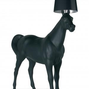 Lampa Horse Lamp w kształcie naturalnej wielkości konia to projekt Front Design dla marki Moooi. Marka: Moooi. Sprzedaż:  Atak Design. Cena: ok. 13 tys. zł.