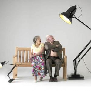 Kultowa lampa stojąca Giant tylko udaje model biurkowy. W rzeczywistości ma zasięg 2,7 m. Marka: Anglepoise. Sprzedaż: Ploneres. Cena: ok. 13 tys. zł.