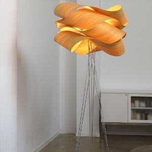 Stojąca lampa Link to już jeden z klasyków designu. Wykonana z naturalnego drewna (klosz) i stali (podstawa). Marka: LZF. Sprzedaż: Stereodesign. Cena: ok. 4700 zł.